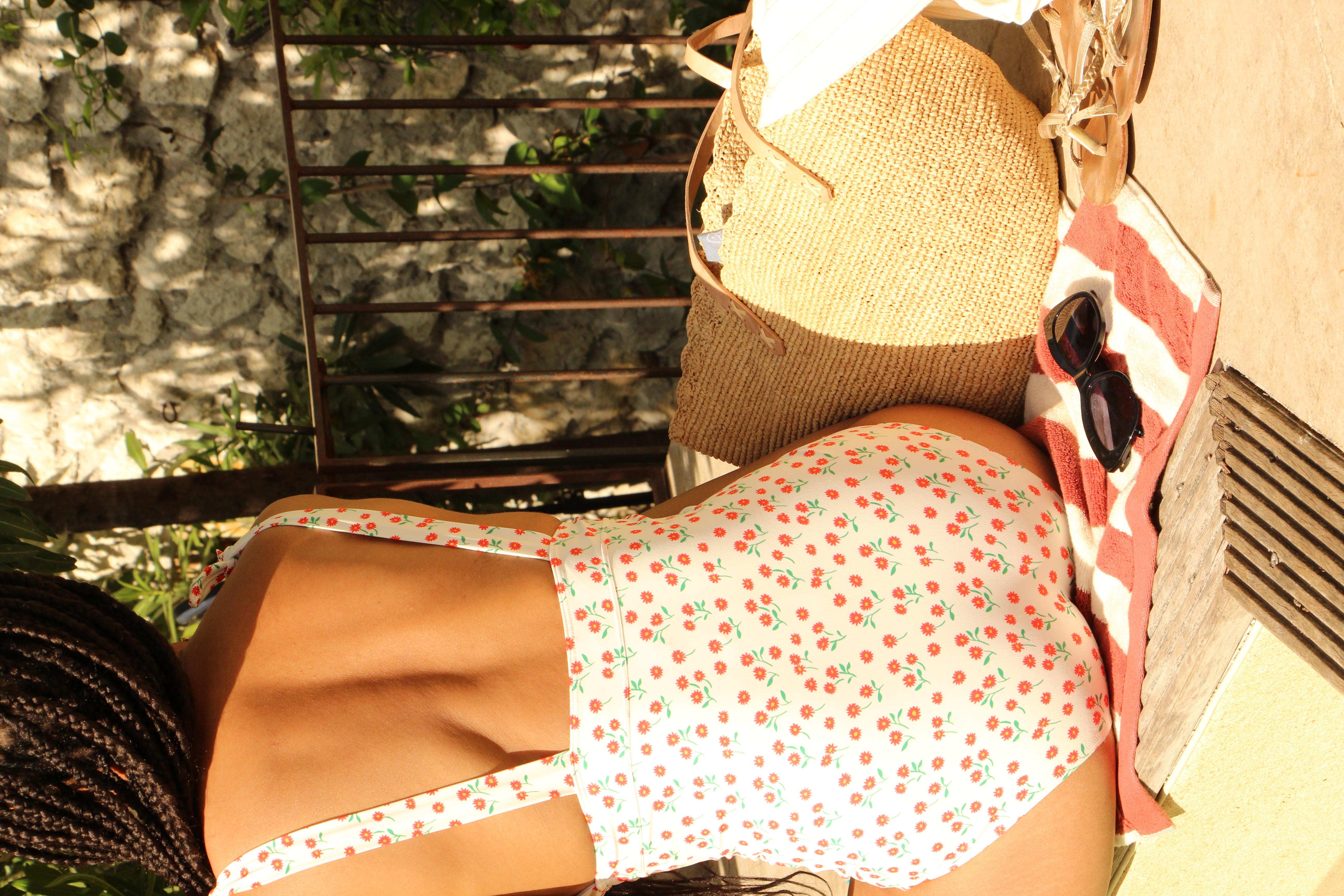 Léna porte le maillot Sieste à l'ombre florette