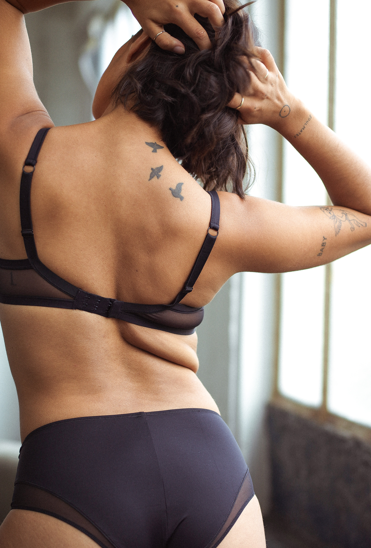 Ensemble de lingerie noir histoire de femmes avec soutien-gorge corbeille et culotte haute