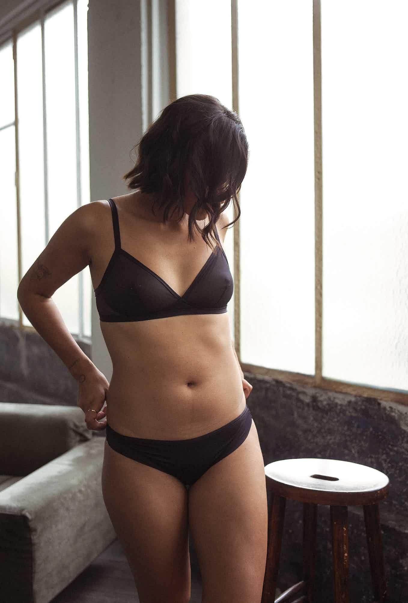 Ensemble de lingerie histoire de femmes soutien-gorge triangle noir et culotte noire