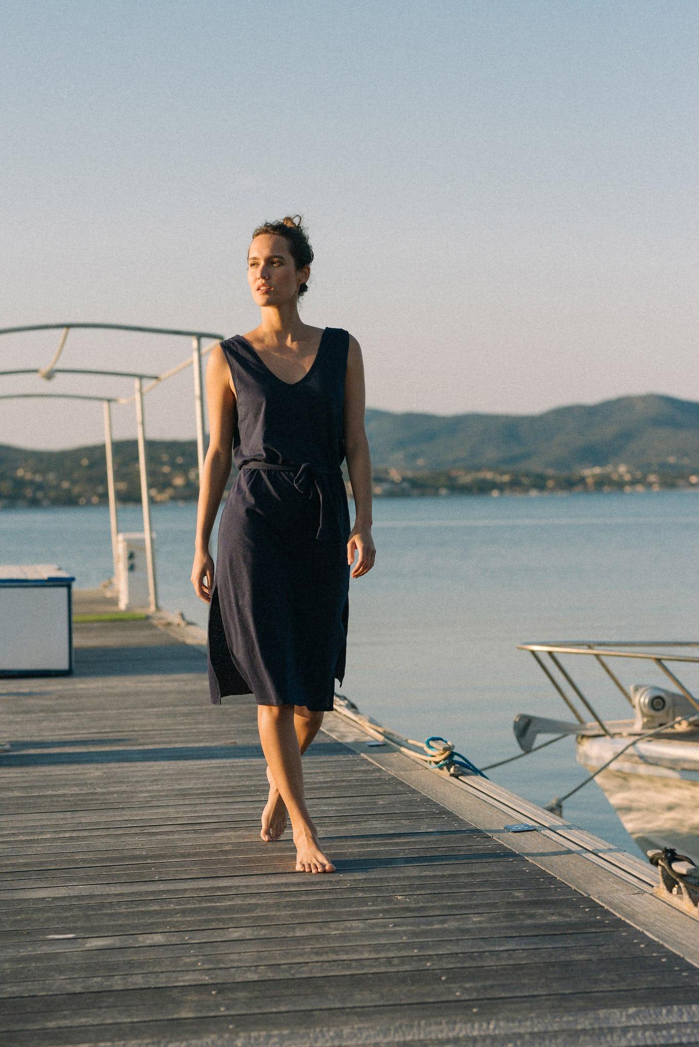 Balade rêveuse, robe en lin et en coton bleu marine