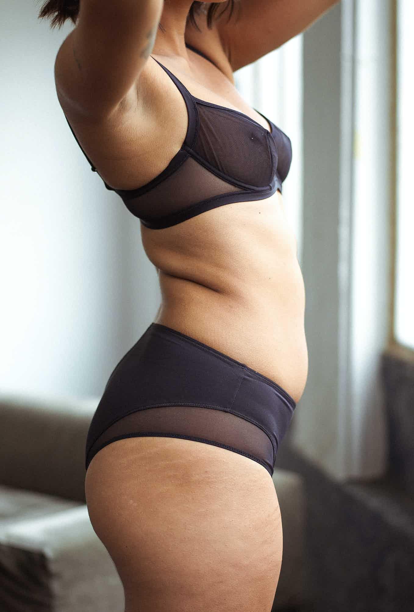 Ensemble de lingerie histoire de femmes avec soutien-gorge corbeille noire et culotte mi-haute