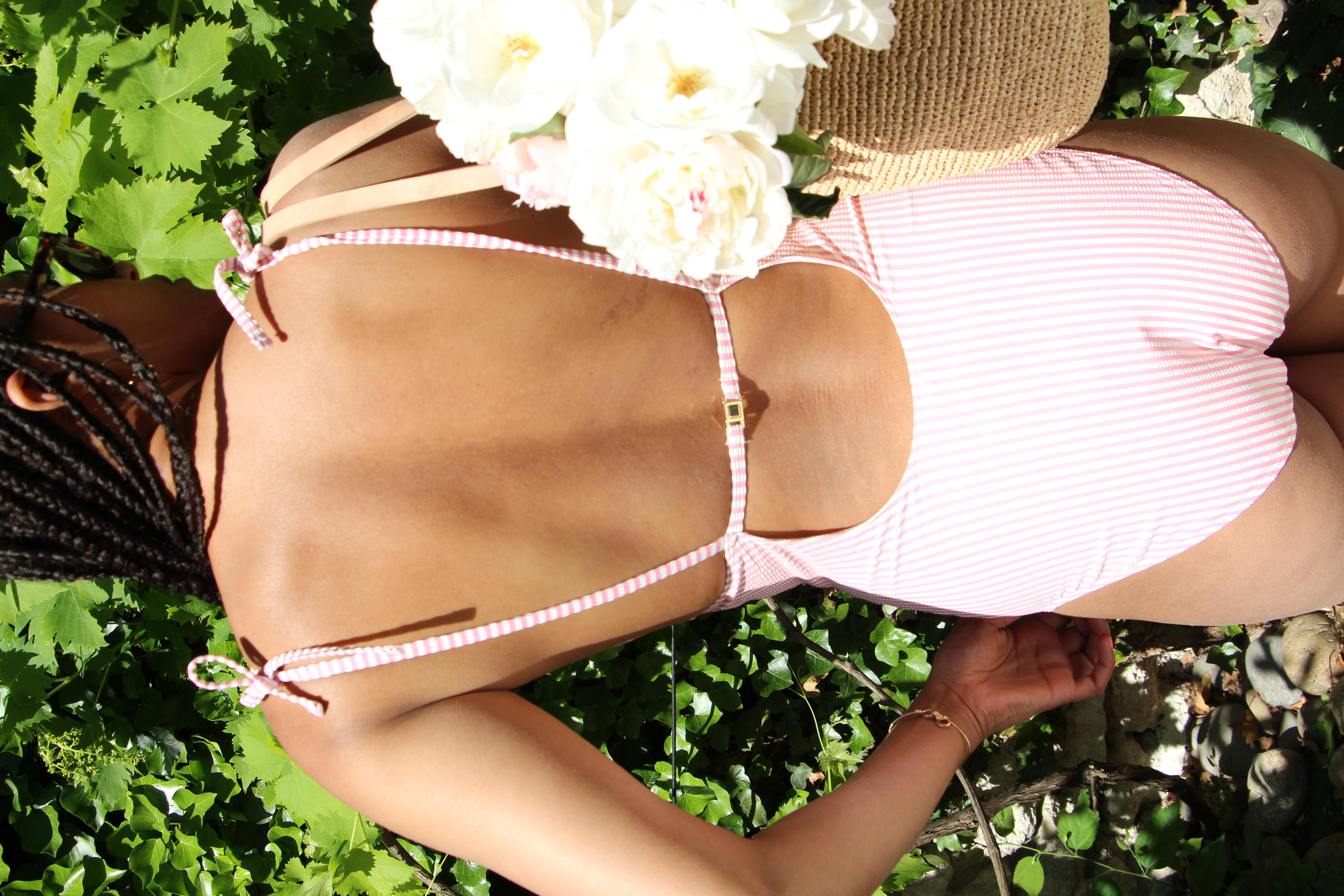 Léna porte le une-pièce Soleil sur l'eau rose