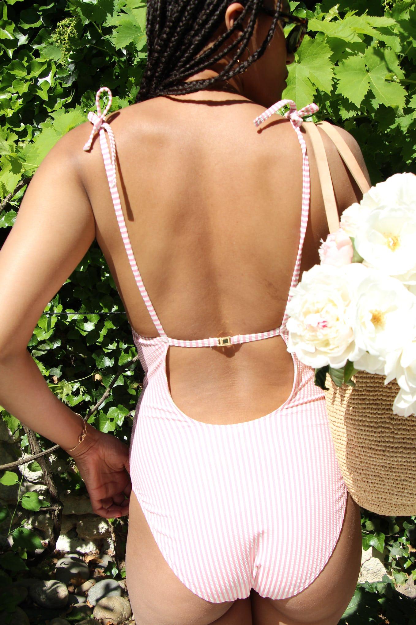 Léna is wearing the swimsuit Soleil sur l'eau in pink