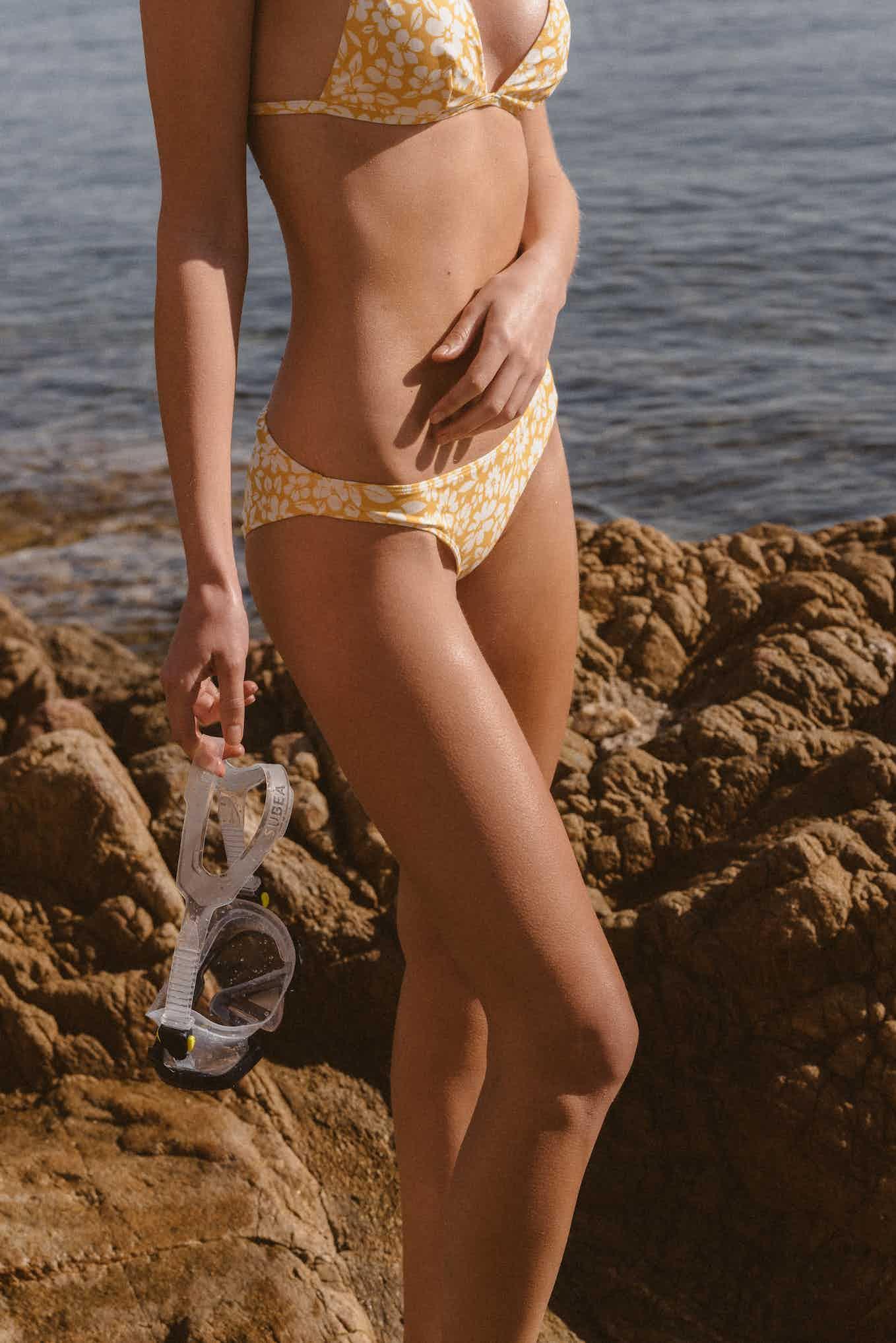 Maillot Sur le sable imprimé floral jaune