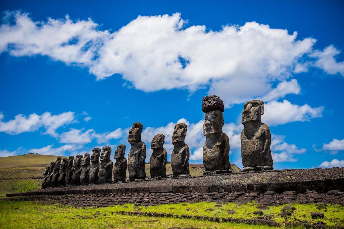 Sculptures en pierre sur une île avec de la verdure au sol