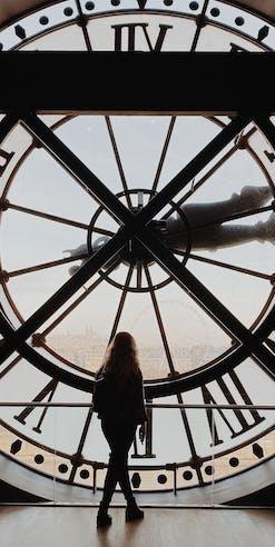 femme regardant au loin à travers un beffroi