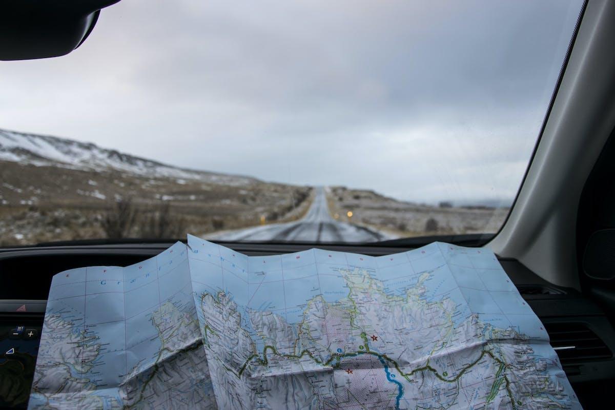 Carte du monde dans une voiture