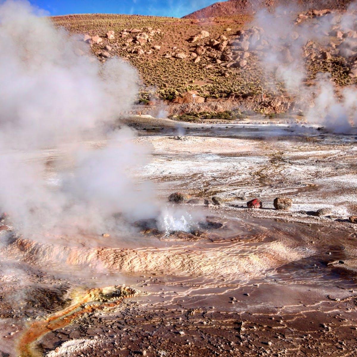 Geysers sortant du sol avec de la fumée au Chili