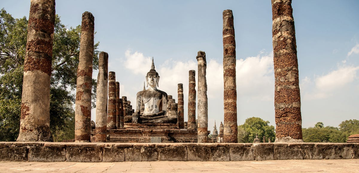 The remains of Wat Si Chum temple with columns and the huge Buddha of 15 m high - Image by Peter Grosse from Pixabay