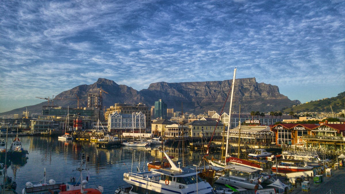 View of Cape Town harbour with boats in the foreground and Table Mountain - by Heinrich Botha de Pixabay