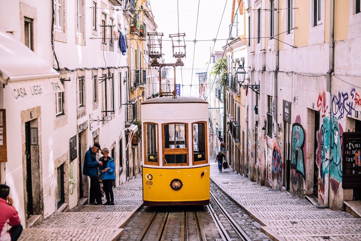 Tramway dans une ruelle à Lisbonne