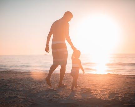 pere et fille sur la plage