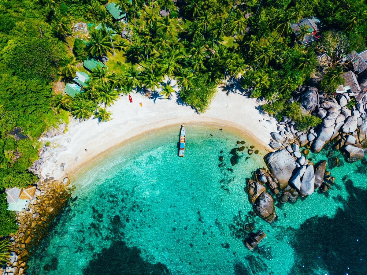 View from the sky, the beach of Koh Tao with the turquoise sea - Photo by Max Böttinger on Unsplash