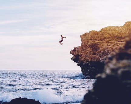 Homme qui saute d'une falaise