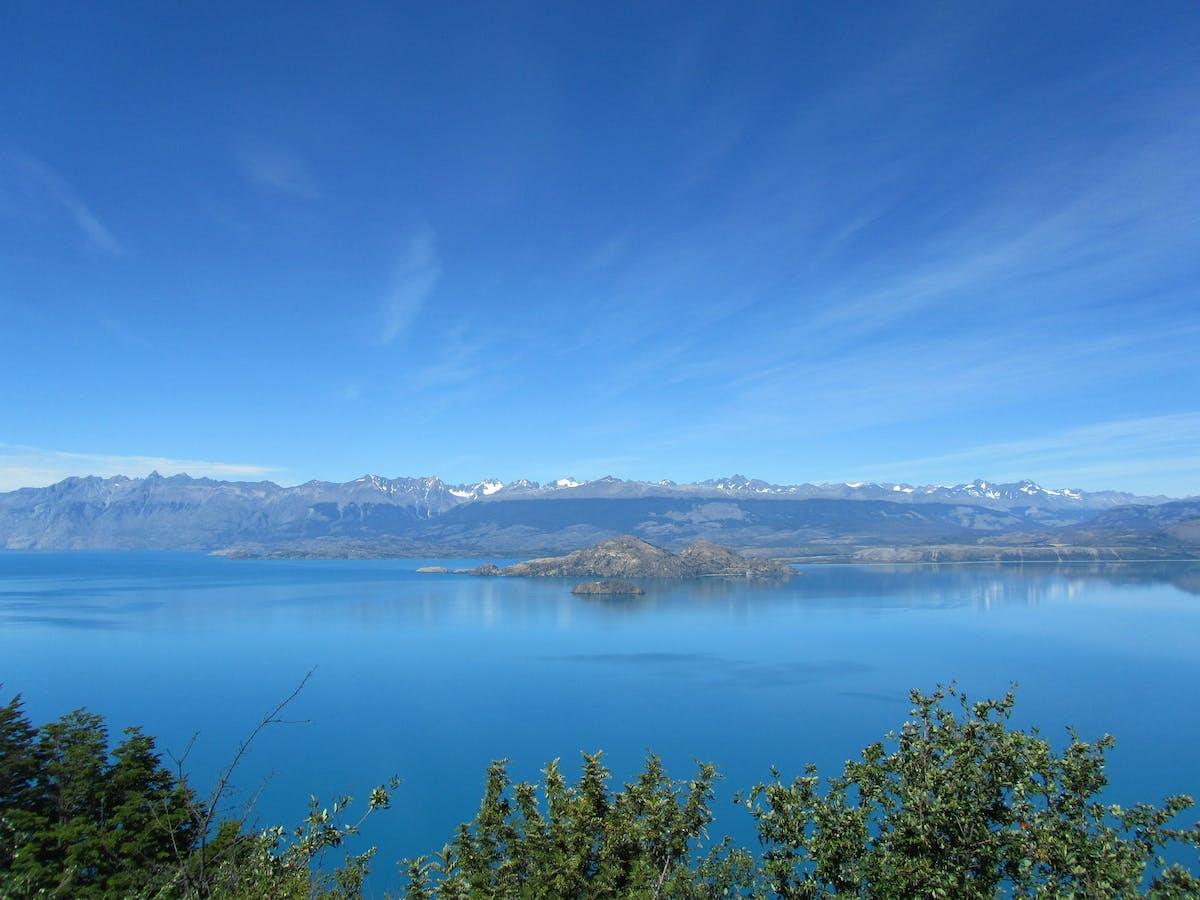 Paysage de montagne surplombant un lac rempli d'eau