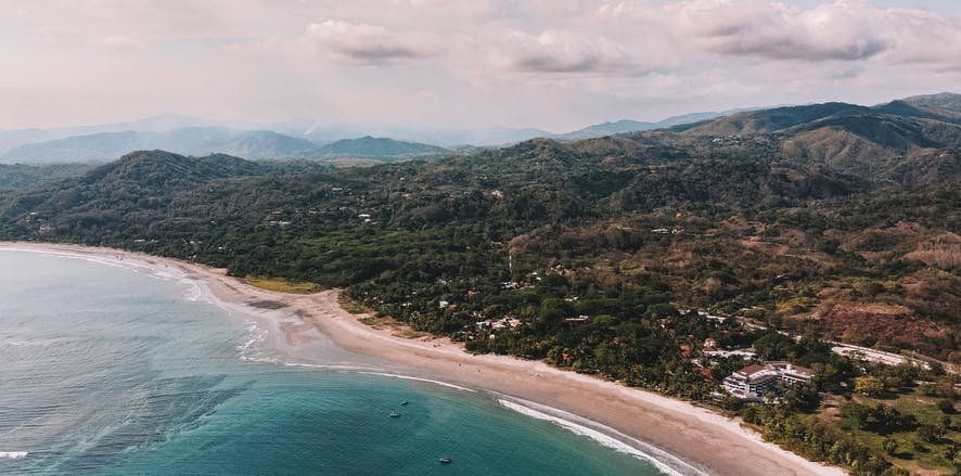 Vue aérienne de l'océan et des montagnes au Costa Rica