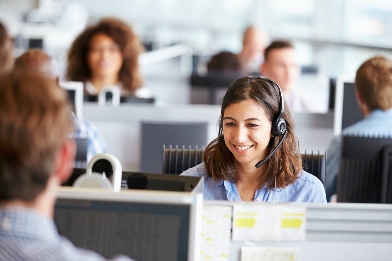 Imagem de atendentes felizes com fone para representar atendentes dos Telefones Vivo.
