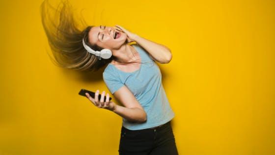 mulher ouvindo música no celular tim