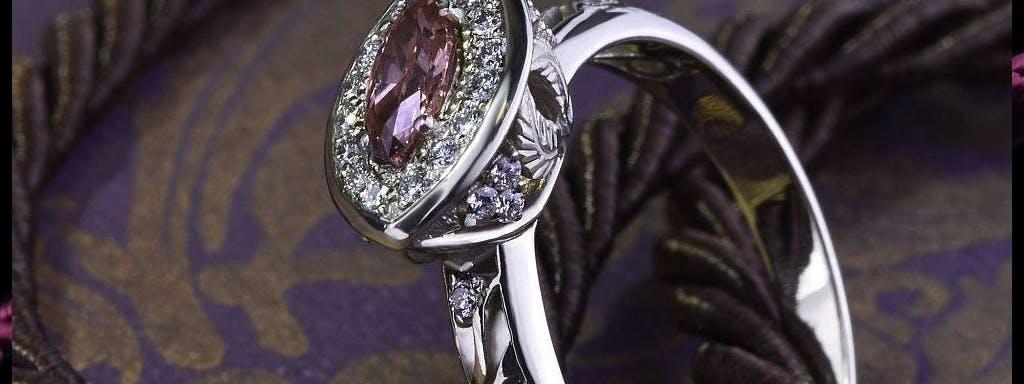 Pierścionek z różowym diamentem.