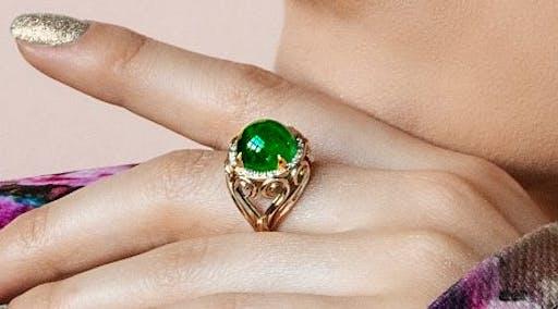 Duży i niepraktyczny pierścionek ze szmaragdem.