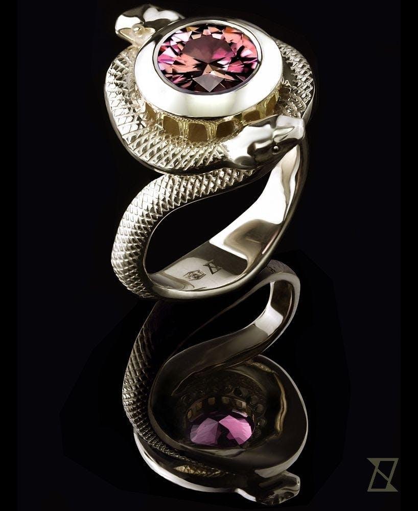Pierścionek Wezuwiusz z turmalinem, oplecionym przez węże.