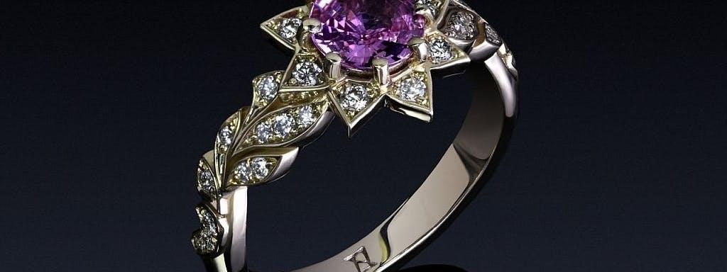 Pierścionek z purpurowym szafirem i diamentami.