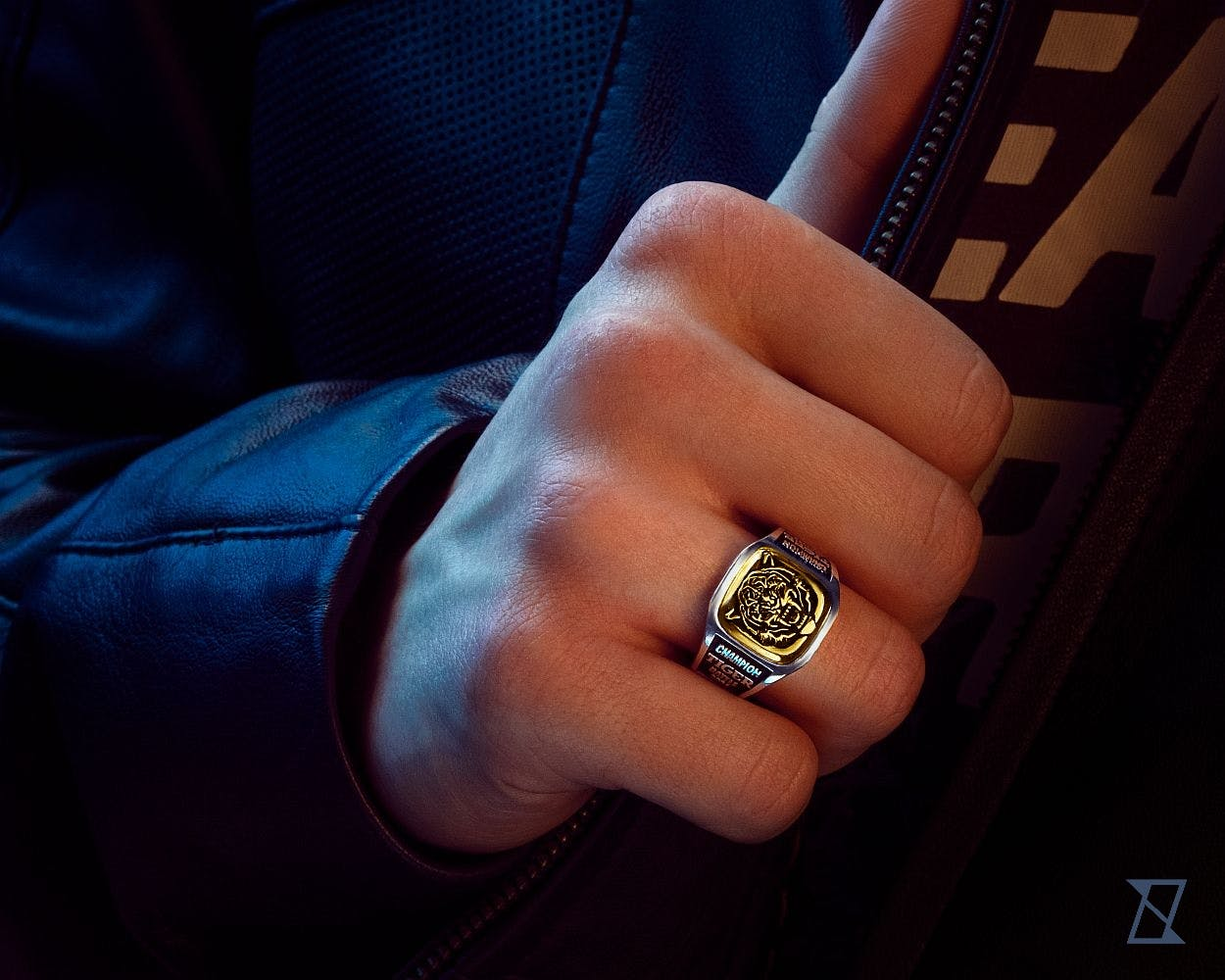 Pierścień z tygrysem na męskiej dłoni.