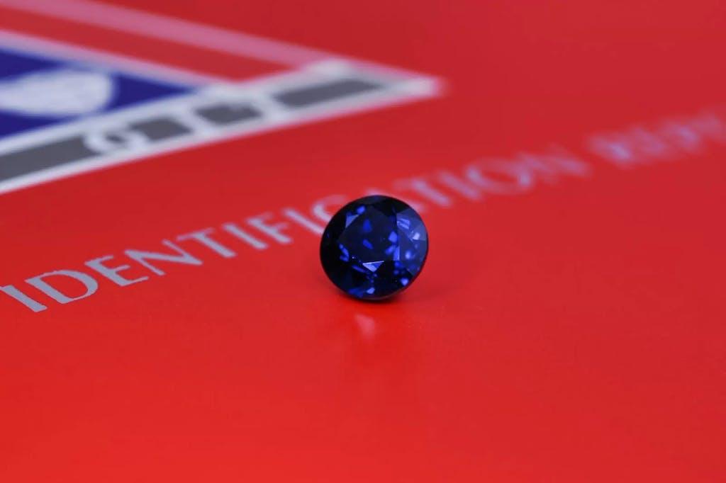 Szafir z certyfikatem renomowanego instytutu GIT specjalizującego się w ocenie kamieni kolorowych.
