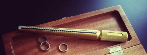 Obrączki miarowe, którymi można dokonać pomiaru palca.