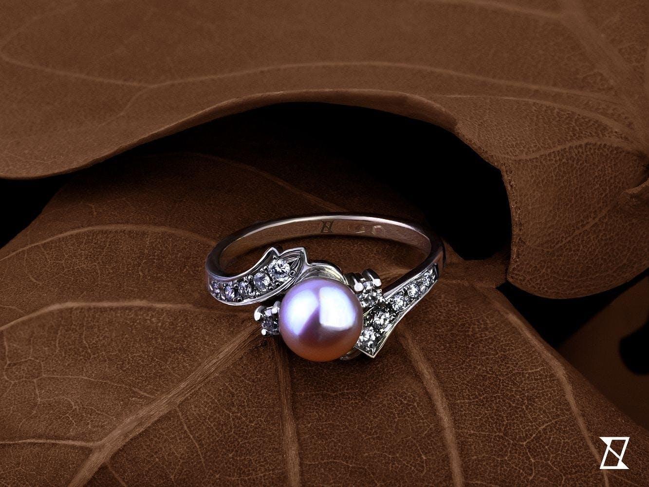 Zrekonstruowany pierścionek z naturalną różową perłą.