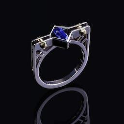 Pierścień z szafirem w dwukolorowym złocie.