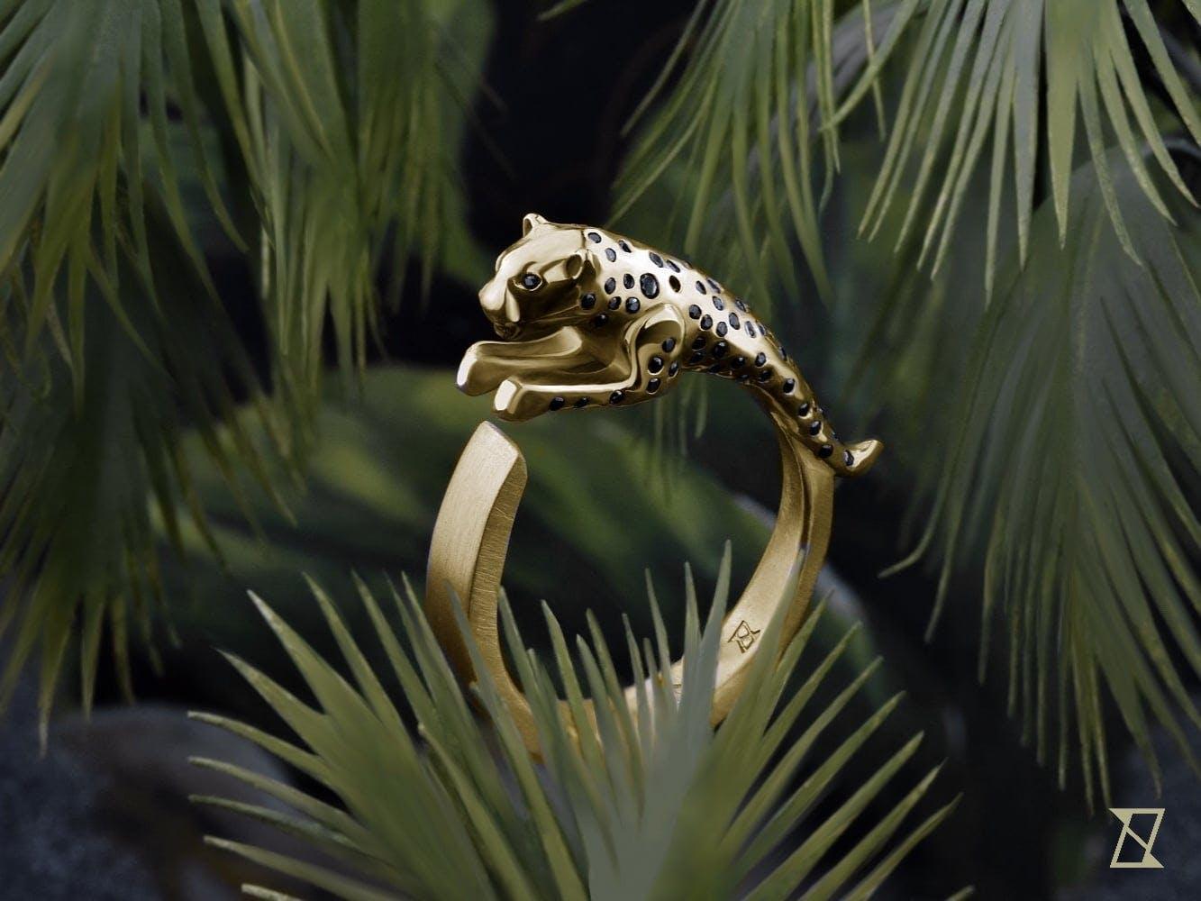 Pierścień z jaguarem wysadzany czarnymi brylantami w naturalnym środowisku.