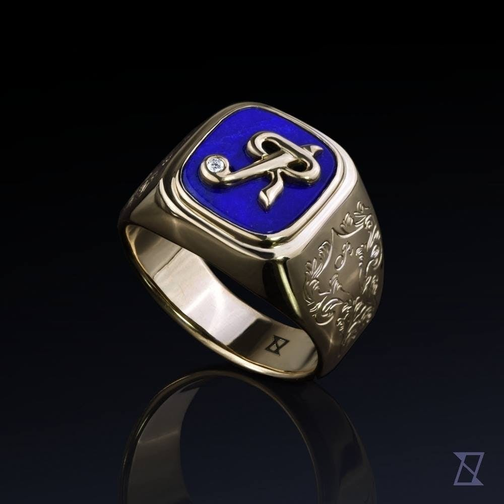 Sygnet z inicjałem i lapis lazuri w złocie.