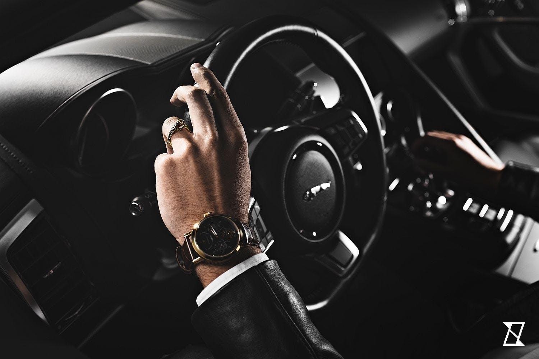 Pierścień z jaguarem na dłoni kierowcy Jaguara.