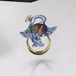 Pierścionek z żurawiem z czarnym opalem w dwukolorowym złocie.