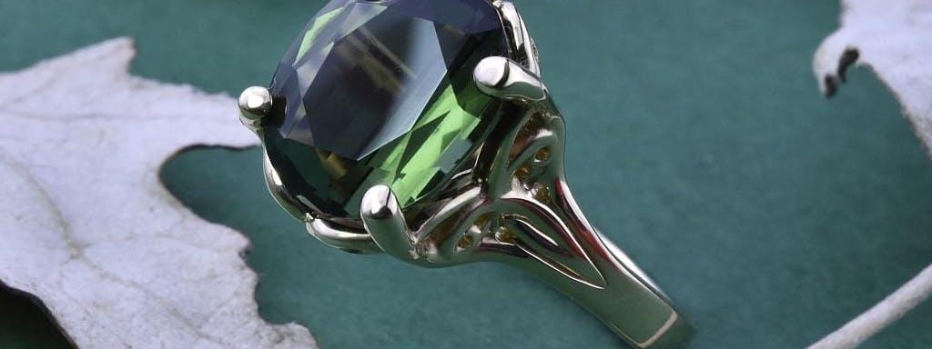 Pierścionek z zielonym turmalinem.