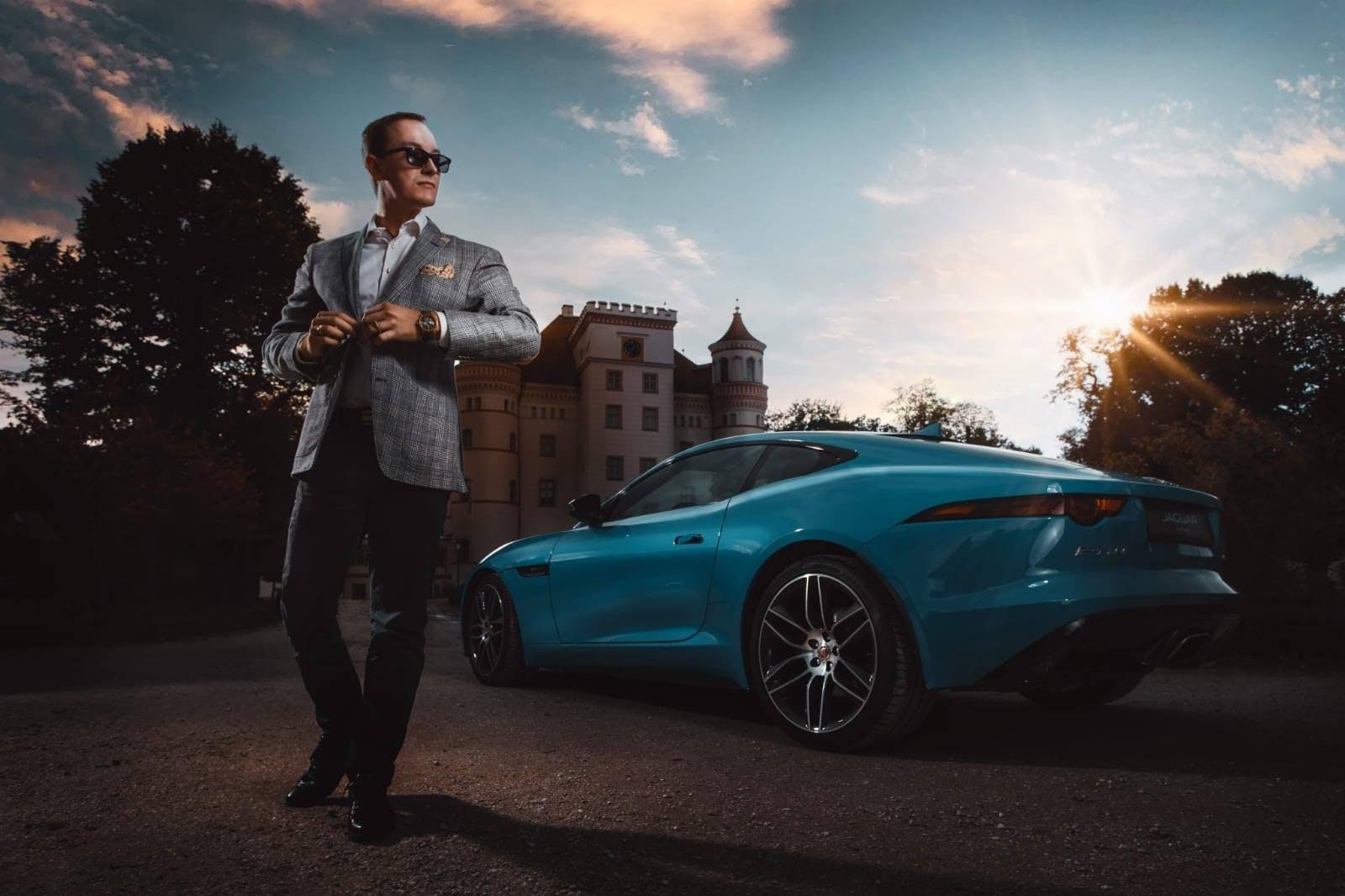 Właściciel pierścienia z jaguarem wysiadający z Jaguara.