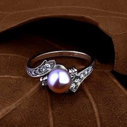 Pierścionek z różową perłą.