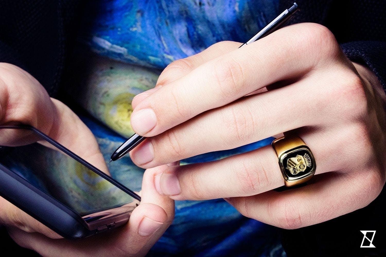 Sygnet z litego złota na dłoni.