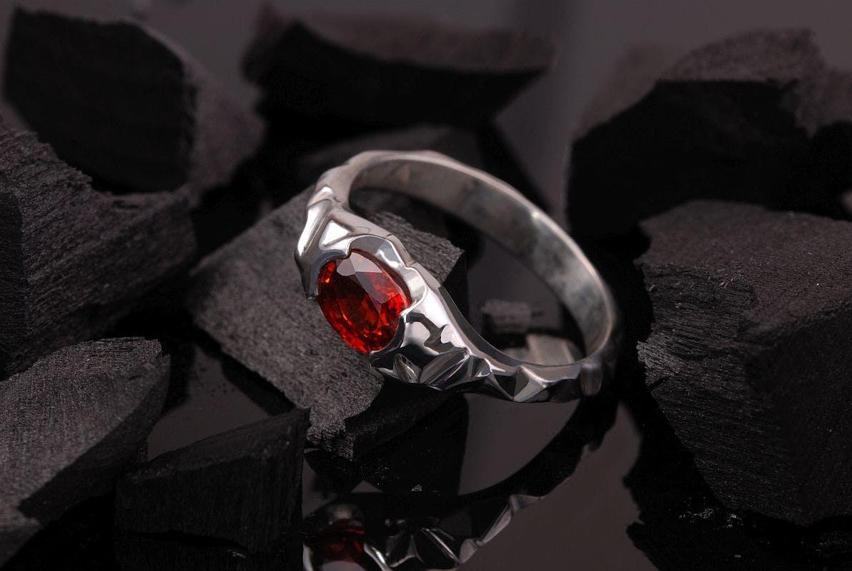 Pierścionek ze srebra z rubinem.