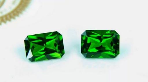 Tsavoryt ma wyjątkową, butelkowo-zieloną barwę.