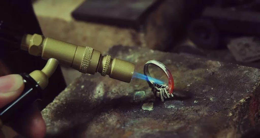 Lutowanie oprawy do szyny pierścionka.