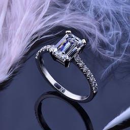 Pierścionek z diamentem o szlifie szmaragdowym w białym złocie.
