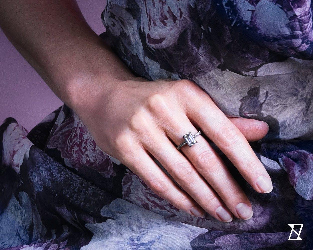 Pierścionek z diamentem 2.5 ct na dłoni modelki.
