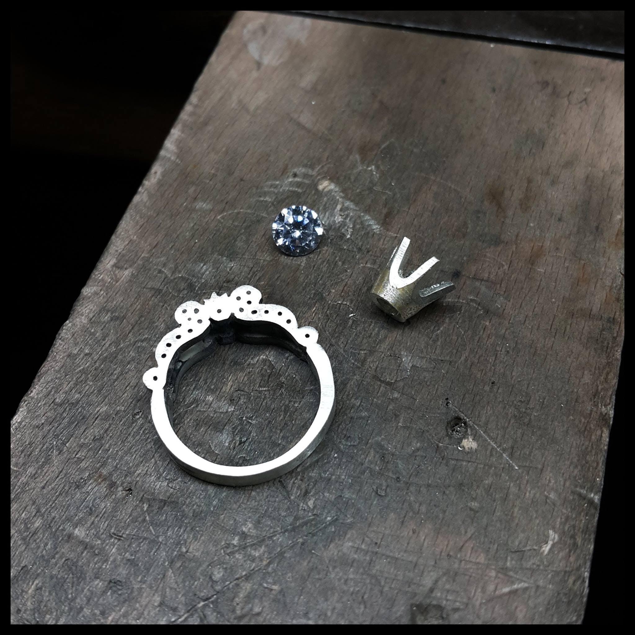 Pierścionek w trakcie montażu.