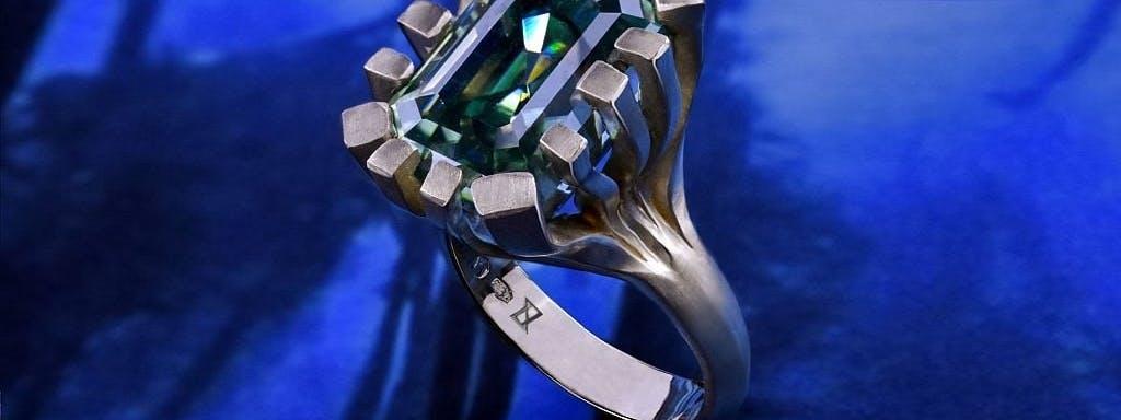 Pierścionek z lasu kelpowego z moissanitem w zielonym złocie.