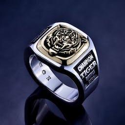 Pierścień z podobizną tygrysa.