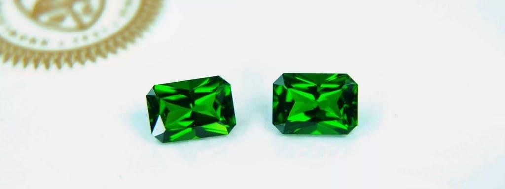 Tsavoryt ma wyjątkową, butelkowo-zieloną barwę i większą brylancję od szmaragdu.