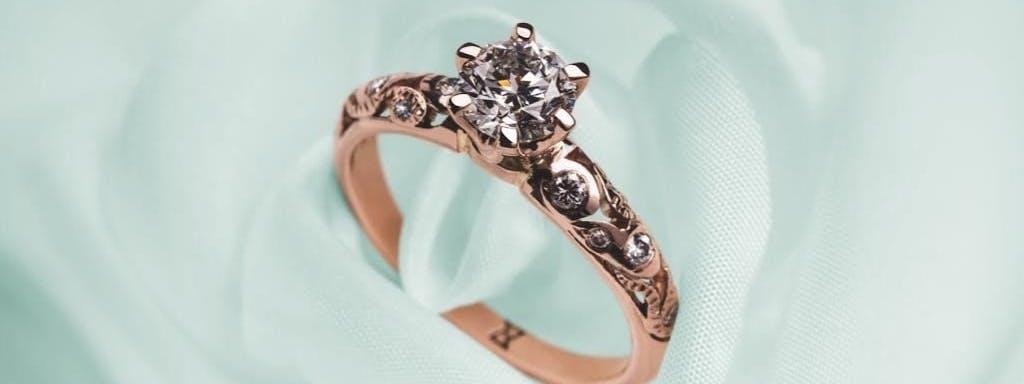 Pierścionek z diamentem w koronie.