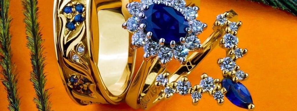 Obrączki z szafirami i diamentami w żółtym złocie dopasowane do pierścionka.